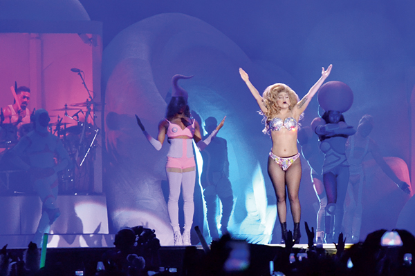 Gaga attracts an audience nostalgic for old hits